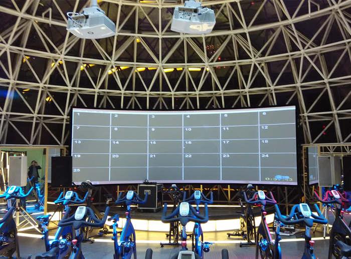 南京新街口CTF健身房使用的欧亚特立体弧形幕
